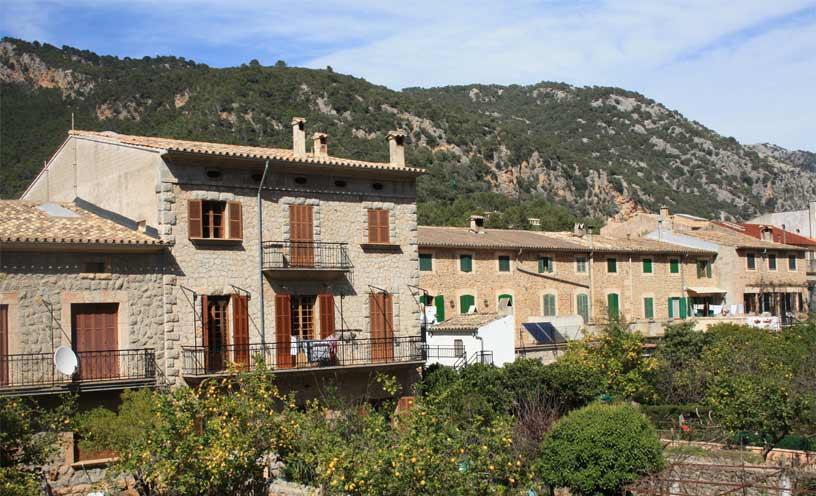Im hintergrund der Immobilien die Berge Valldemossas